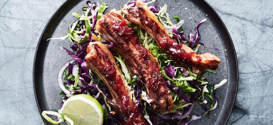 Limemarinerede lammeribben med kålsalat