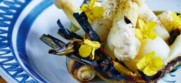 Brændte, nye løg og hvide asparges med rygeostsmør