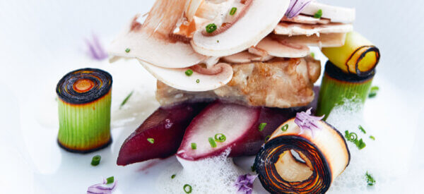 Skorzonerrødder i rødvin med brændt porre, champignon og cremet kalvebrissel