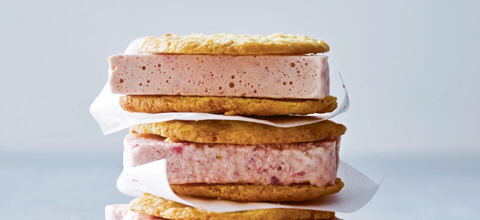 Is-sandwich med krydret jordbærparfait