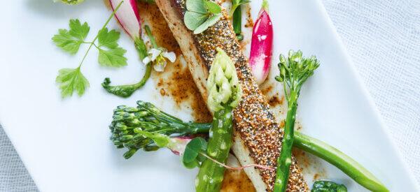 Grønt i koji med strandurter, kampotpebersauce og hornfisk