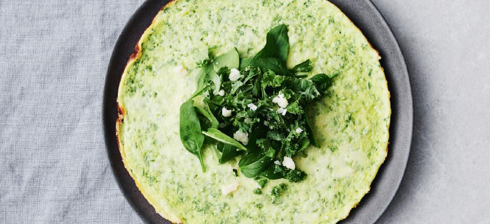 Omelet med hytteost, spinat og grønkål