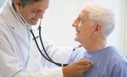 Læge lytter til patients hjerte